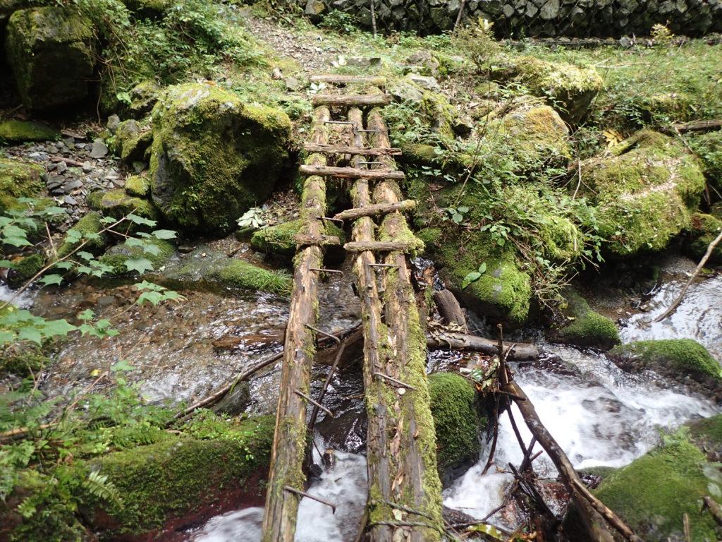 崩れかけたつり橋
